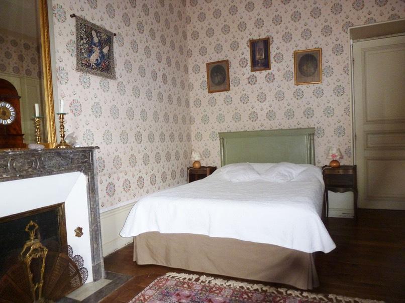 chambre cl mentine chateau de vaulx en auvergne chambres d 39 hotes table d 39 h tes bed and. Black Bedroom Furniture Sets. Home Design Ideas